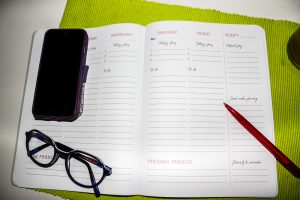 Virtueel assistent To-do-list en weekplanning aan het werk voor ondernemers die meer klanten willen krijgen