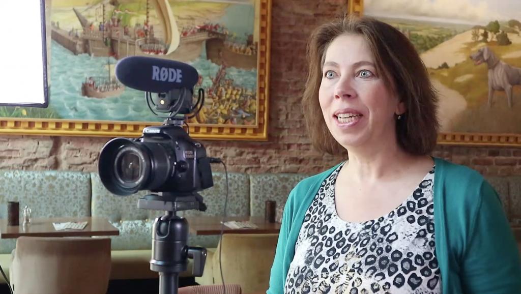 AnitaVA, virtual assistant met hart voor video, is aan het filmen voor een klant op locatie, Slot Oostende in Goes
