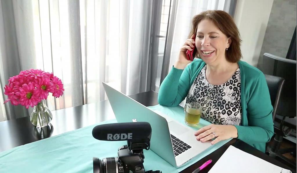 AnitaVA, virtual assistant met hart voor video, belt met een klant over een video-opname.